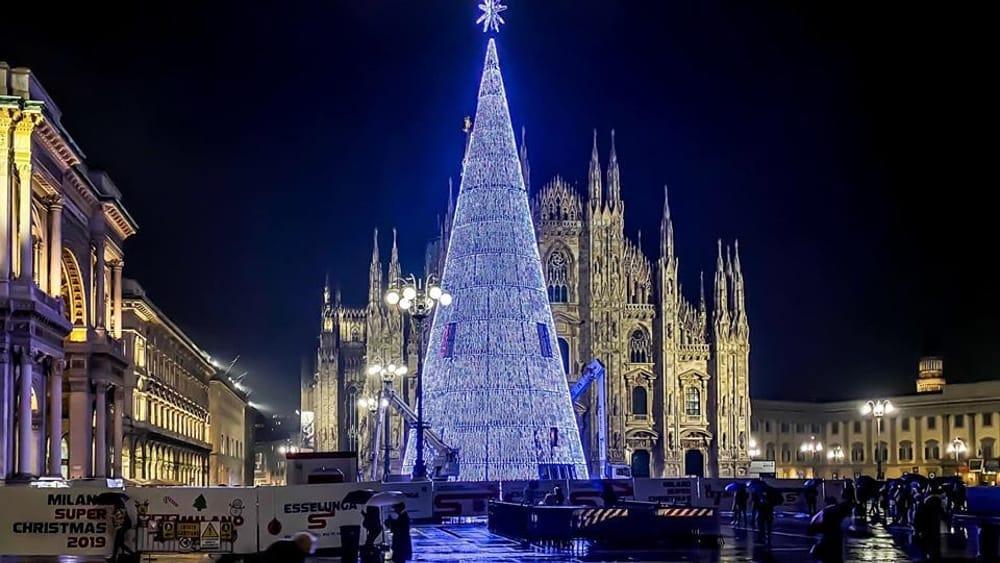 Albero Di Natale Milano.Milano In Piazza Duomo Arriva Lo Splendido Albero Di Natale Fatto Di Luci Radio 105