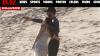 Chris Martin, baci e carezze con Dakota Johnson sulla spiaggia
