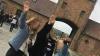 Si scattano un selfie col braccio teso ad Auschwitz: tre studentesse rischiano il carcere