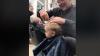 Bimbo piange dal barbiere e tutto il negozio canta per lui: ecco il video virale