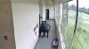 Allenatore di football disarma uno studente e poi lo abbraccia, il video virale