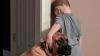 Mettono il bimbo in punizione e il suo cane va con lui per non lasciarlo solo