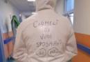 """Proposta di matrimonio sulla tuta anti-Covid: """"Carmelì, mi vuoi sposare?"""""""