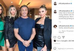 Sylvester Stallone in posa con le tre figlie alte come lui