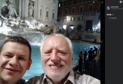 """L'uomo protagonista del meme """"Hide The Pain Harold"""" era in vacanza a Roma"""