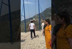 Russia: il video da brividi di due donne sbalzate fuori da un'altalena a strapiombo sul canyon