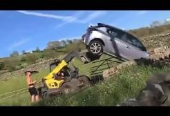 Lascia l'auto davanti all'ingresso di un terreno, gliela portano via con la scavatrice
