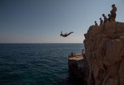 Si butta da una scogliera di 36 metri ma impatta con una barca e muore