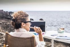 Airbnb cerca 12 nomadi digitali che vogliano viaggiare gratis per un anno