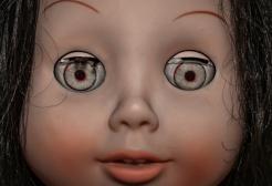 """Liverpool: compra casa e trova una bambola """"assassina"""" con un messaggio inquietante"""