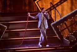 Achille Lauro omaggia Mina a Sanremo 2021 e canta Bam Bam Twist