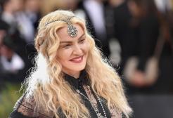 Madonna, viso tirato e decolleté in mostra: le foto a New York
