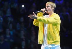 Justin Bieber canta in una scuola per gli studenti