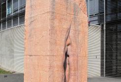 Un turista americano rimane incastrato in una vagina di pietra