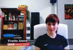 Intervistata dalla BBC si mostra in webcam con un dildo gigante alle sue spalle