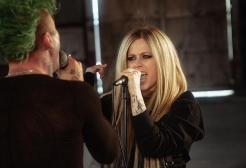 """Avril Lavigne sostituita da un clone: il video di """"Flames"""" riaccende la teoria complottista"""