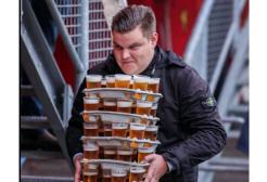 Eroe allo stadio: porta 48 birre medie agli amici durante il match