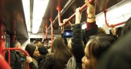 Ladri in metropolitana: ecco come vi sfilano lo smartphone