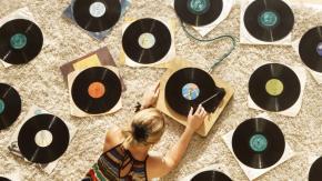 È boom di vinili: nel 2020 hanno superato i CD nelle vendite