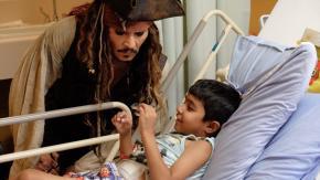 Johnny Depp visita l'ospedale pediatrico nei panni di Jack Sparrow, il video