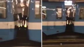 Video, due ragazzi viaggiano tra le carrozze della metropolitana