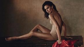 Victoria Beckham posa (quasi) senza veli per Vogue