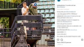 Ed Sheeran sfama un coccodrillo imitando lo chef Nusret Gokce. Ecco la foto