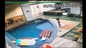 Bambino di 7 anni salva il fratellino caduto in piscina