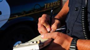 Modena: per evitare l'etilometro scende dall'auto e comincia a spingerla