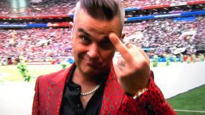Il dito medio di Robbie Williams all'inaugurazione dei Mondiali: con chi ce l'aveva?