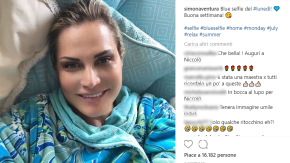 """Simona Ventura criticata per un selfie: """"Sembri di plastica"""""""
