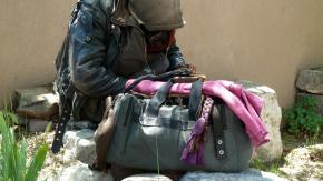 Modena, senzatetto ruba crema callifuga. Il carabiniere gli regala i sandali