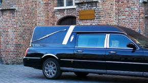 Carro funebre fermato durante il funerale per un autovelox, ma è un errore
