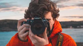 Stipendio da 89mila euro all'anno per fotografare una famiglia in giro per il mondo