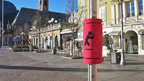 Paratesta sui pali per chi cammina con il cellulare: l'idea di Bolzano