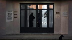 Le foto struggenti del cane di Emiliano Sala che veglia sulla sua salma