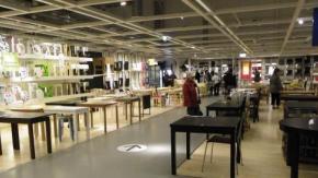 Crea un labirinto senza uscita con false frecce all'Ikea: la punizione
