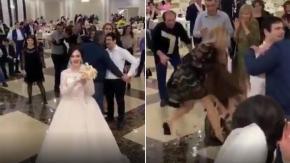 Sposa lancia il bouquet e alle sue spalle succede l'incredibile: il video
