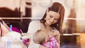 Treviso: insultata perché allatta il figlio seduta al tavolo di un bar