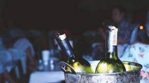 Cameriere serve per sbaglio vino da 5mila euro: ecco la reazione del ristorante