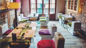 Mangiare in mezzo alle tombe, sul wc e tra i preservativi: i ristoranti più stravaganti del mondo