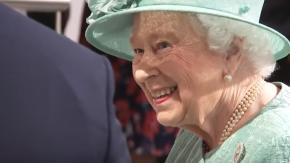 """Elisabetta II al supermercato scopre le casse self-service: """"Si può imbrogliare?"""""""