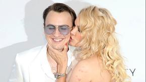 Cannes: la sexy Pamela Anderson sfila con un accompagnatore speciale