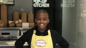 La mamma è malata, lui a 11 anni impara a cucinare e apre un ristorante vegano