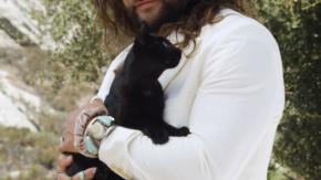 Jason Momoa, la foto con il gatto fa impazzire i fan: oltre 1 milione di like in meno di 24 ore