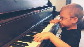 """Bimbo cieco suona alla perfezione """"Bohemian Rhapsody"""" al piano: il video"""