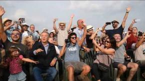 Renato Pozzetto rifà la scena del treno con i suoi fan