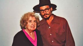 Chi è questa donna misteriosa che posa con le più grandi star di Hollywood?