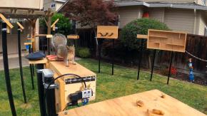Costruisce un incredibile percorso ad ostacoli per gli scoiattoli che rubano il cibo agli uccelli