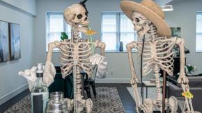 Un agente immobiliare decora le case da vendere con degli scheletri per Halloween